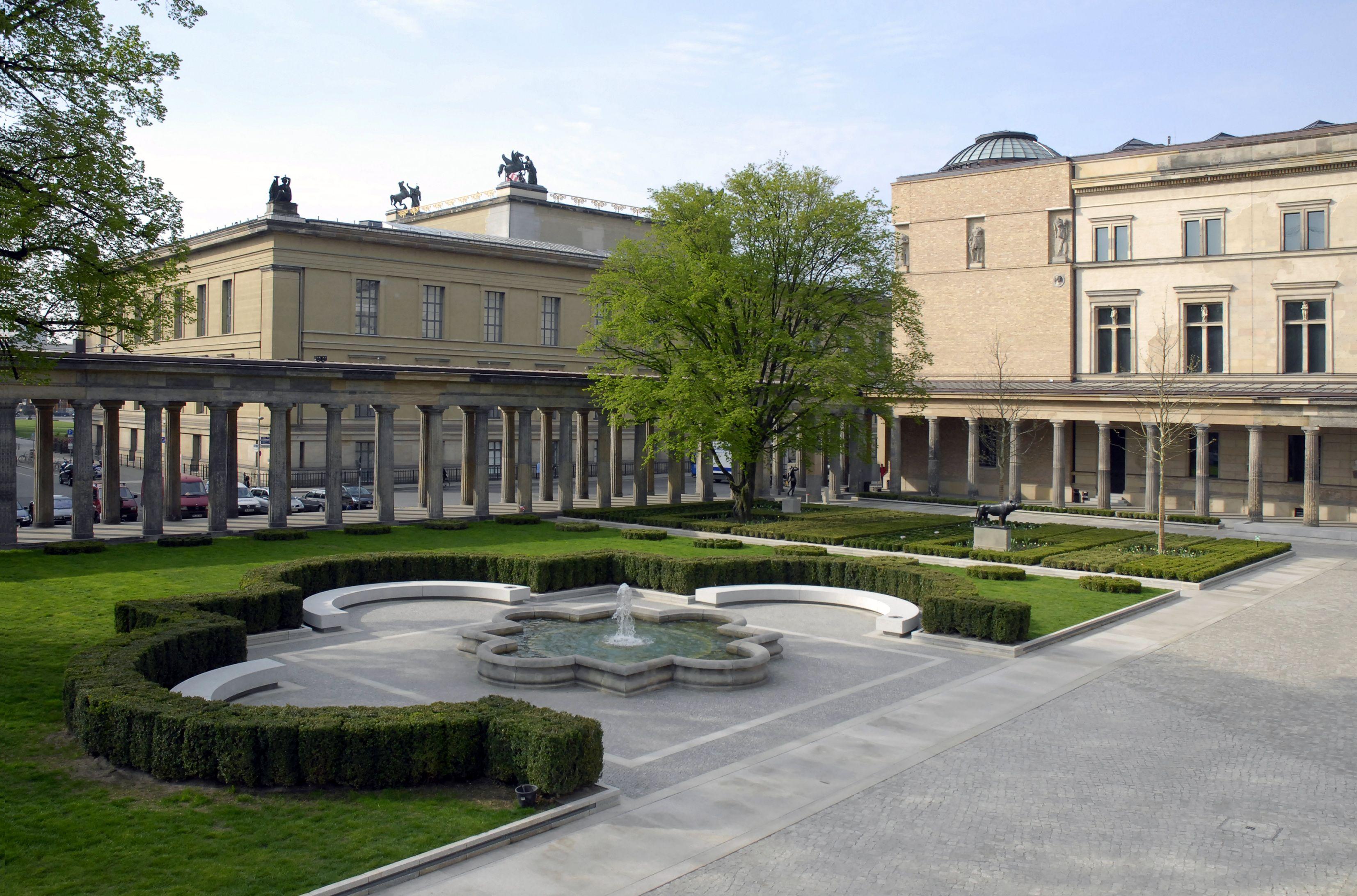 Kolonnadenhof Mit Blick Auf Altes Museum Und Neues Museum Museumsinsel Berlin Bodestrasse 1 3 Berlin Museum Germany Travel
