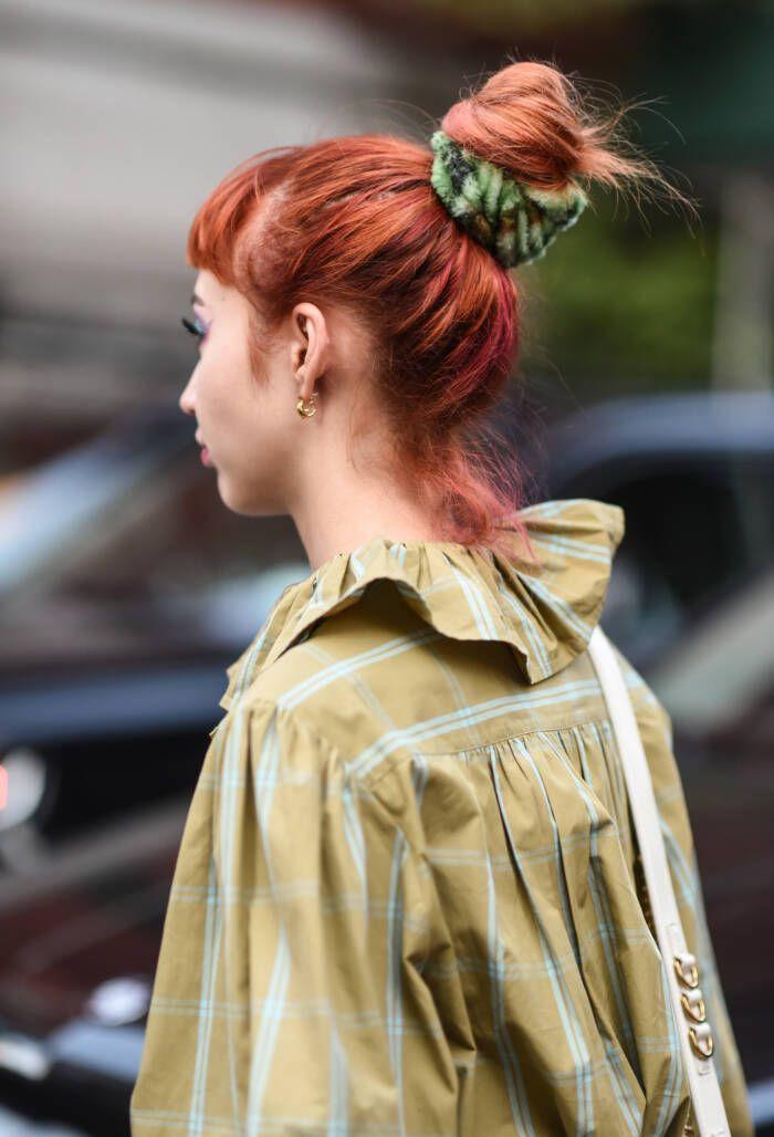 Trend Accessoire Scrunchie 5 Einfache Frisuren Mit Xxl Haarband Scrunchie Frisuren Coole Frisuren Naturlocken Frisuren