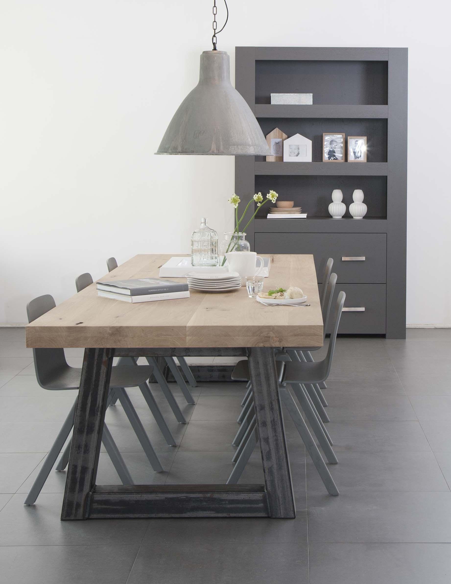 tafel met metalen onderstel, metalen poten, eiken tafel met ijzeren ...