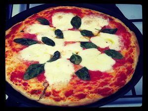 Margherita-pannupizza Kotikokki.netin nimimerkki Reinertin ohjeella