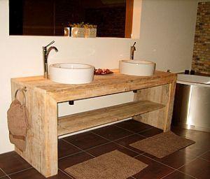 Steigerhout badkamer meubelen en vocht gaan prima samen, neem eens iets anders dan de standaard kastjes van de bouwmarkt. Denk aan bad ombouw of en spiegel.