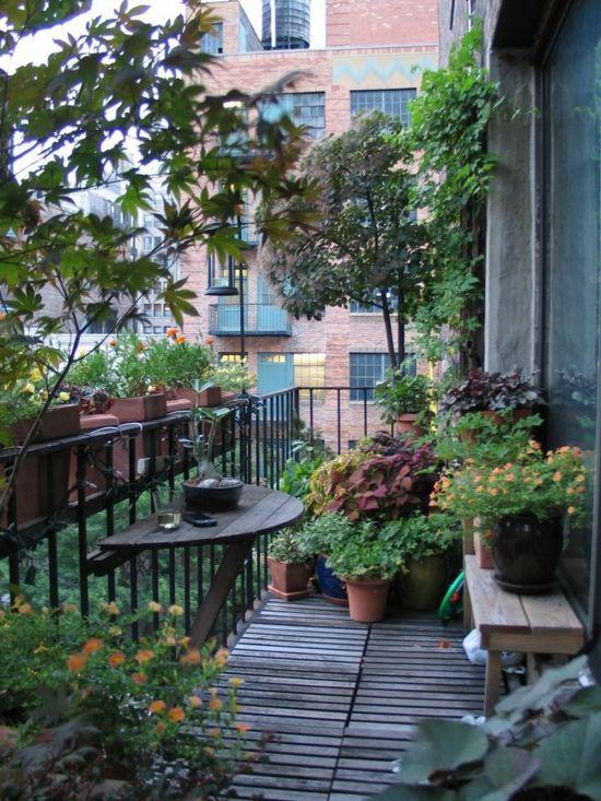 Kleiner Balkon Gestalten Einfacher Halbkreisförmiger Tisch Viele ... Balkon Gestalten Balkonmobel Balkonpflanzen