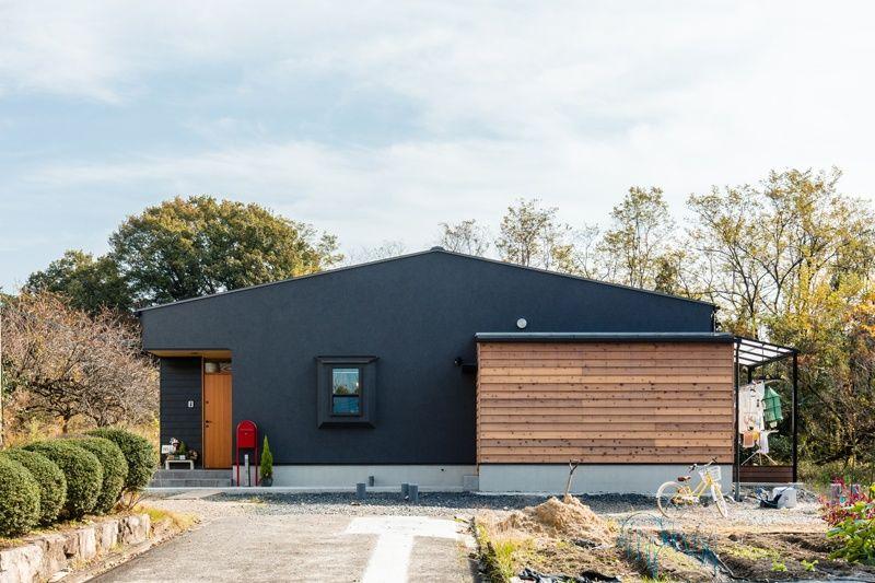 あきのこないグレーの外壁と木色 平屋外観