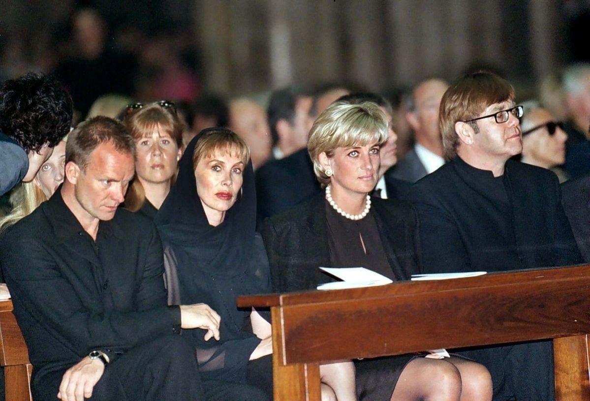 22/07/1997 Milan Duomo. Funeral Versace. Note Carolyn back
