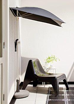 Petit balcon protégé par un demi parasol avec socle demi lune et