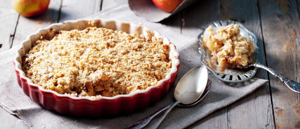 Pisk æg og sukker luftigt. Bland melmix og bagepulver og hæld det i æggemassen. Hæld dejen i en smurt form – ca. 24 cm i diameter. Fordel æblebådene i dejen og strø müslien over. Høvl fedtstoffet og læg det over æblerne. Drys med farin. Bages nederst i ovnen ved 180º i ca. 30 min. Tip:Server …