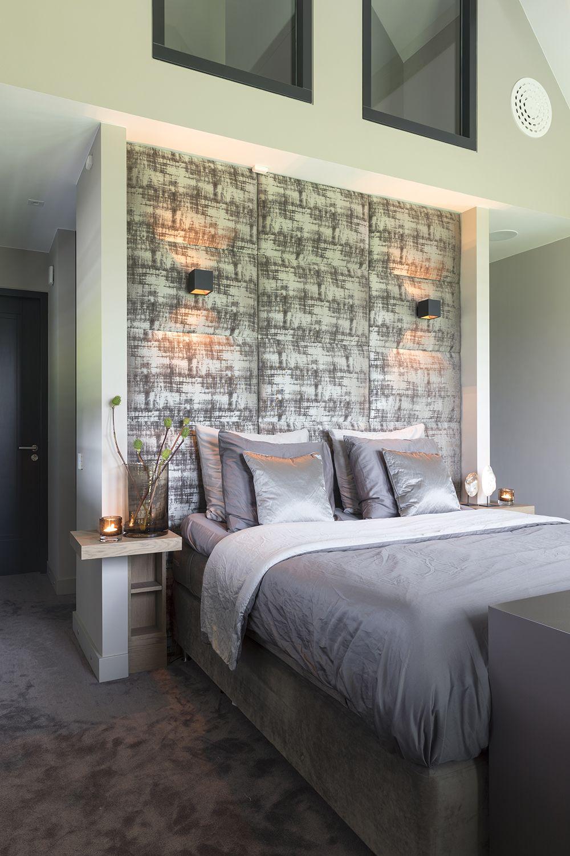 Zowel in de slaapkamer als in de badkamer is gekozen voor houten ...