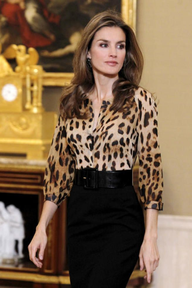 d232be8046d8 La Reina Letizia con una blusa de estampado animal | Vestimenta ...