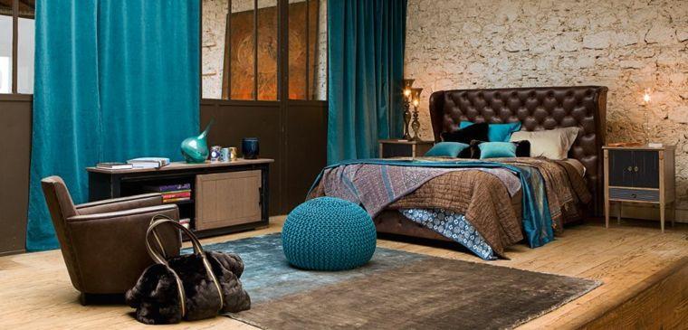 originale camera da letto con struttura del letto marrone, tende ...