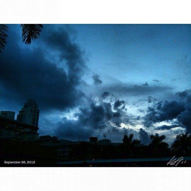 これから新しい社長とサシで呑む。 何でかな? #sky#clouds#fort#bgc#philippines#フィリピン#空#雲