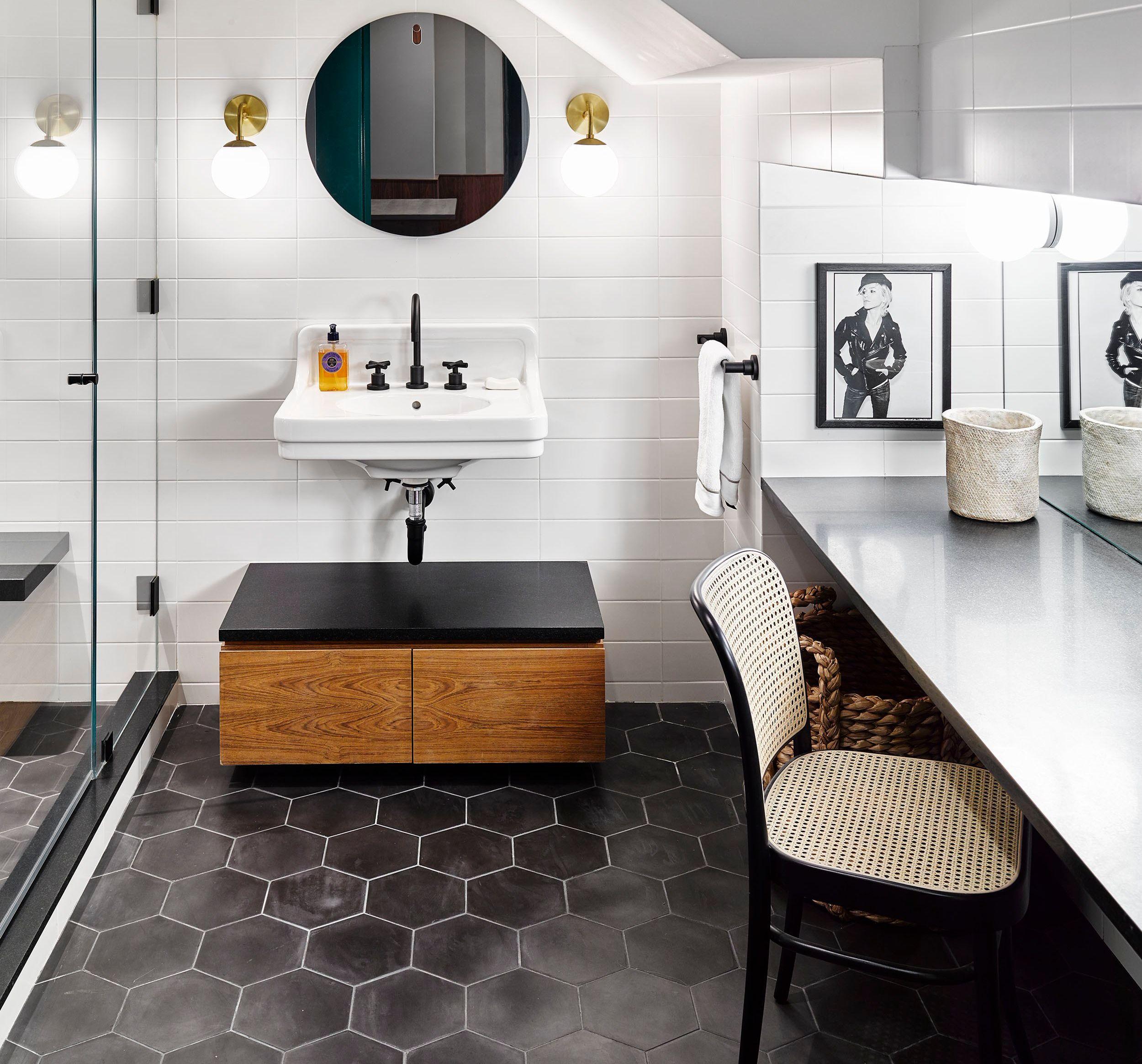 Warna Keramik Kamar Mandi Apa Yang Sesuai Dengan Kepribadianmu Modern Bathroom Design Farmhouse Master Bathroom Globe Sconce Tips memilih keramik kamar mandi