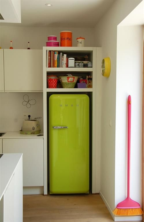 White modern kitchen with an apple green vintage fridge Cuisine - Idee Deco Cuisine Vintage