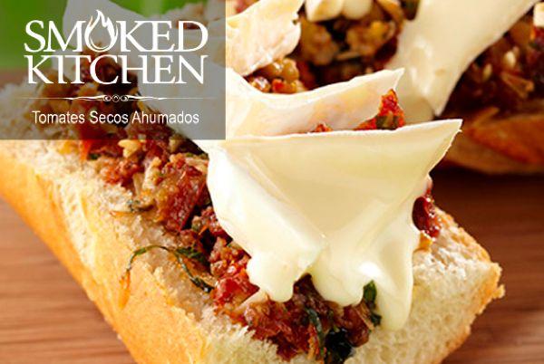 Tomates Secos Ahumados y queso Brie. ¡Un Clásico! Smoked Kitchen en conserva, fáciles de preparar, deliciosas para servir como pasabocas.