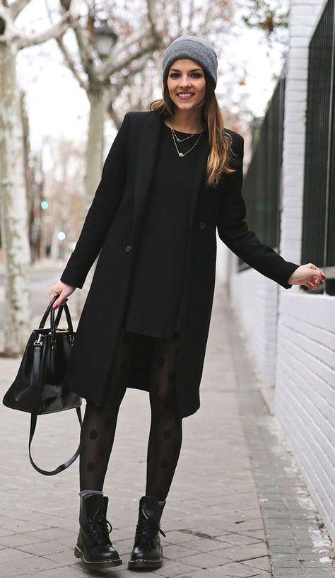1f614324d2f1 Autunno Inverno Vestito corto nero calze nere stivali Dr Martens nere  calzini grigi cappotto nero