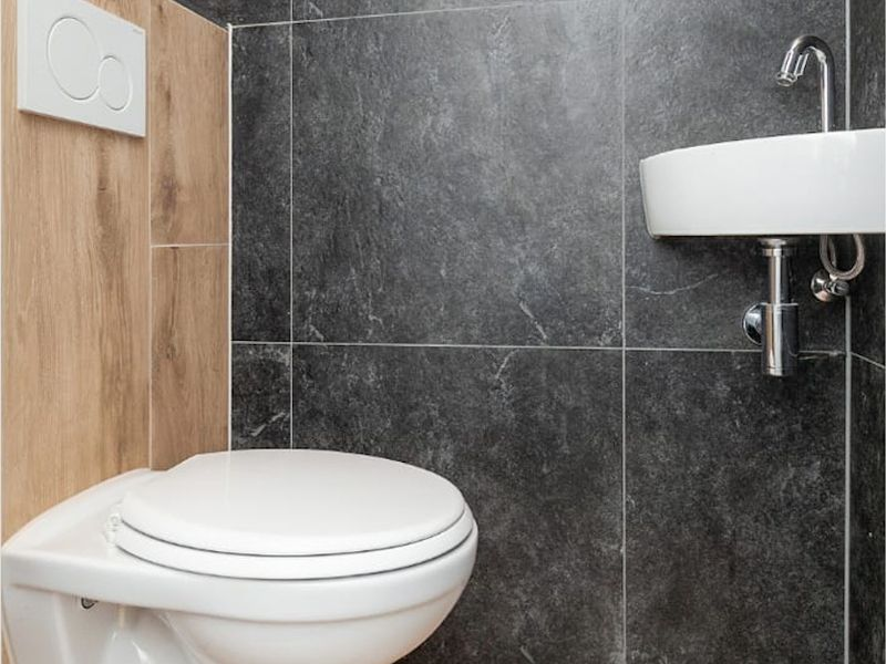 Renovatie Badkamer Tegels : Combinatie van houtlook en natuursteenlook tegels in de badkamer