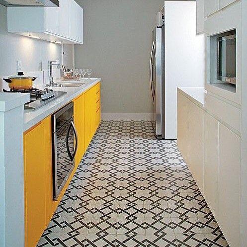 Um pouco de amarelo para iluminar a cozinha...  {Não ficou lindo o contraste com o piso com detalhes escuros?!}