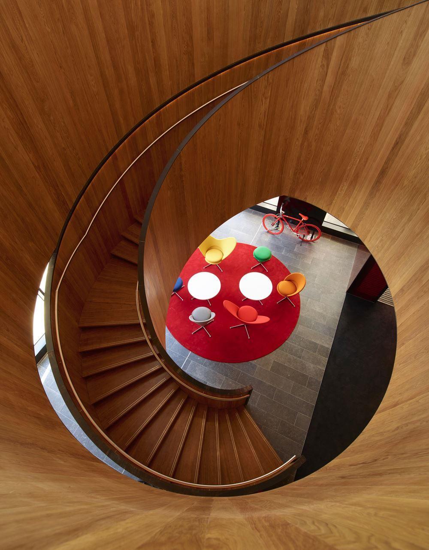Mobiliario original en la cadena de hoteles @citizenm. Aquí la de Shoreditch en Londres con @vitra y #TomDixon http://bit.ly/2eEjaJ3 Foto: Richard Powers @archilovers