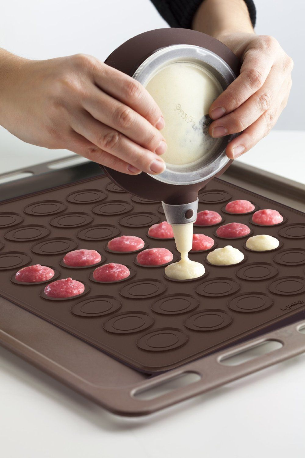 7737c0eba7a5 Amazon.com  Lekue Macaron Kit with Decomax Pen and Baking Sheet  Kitchen    Dining