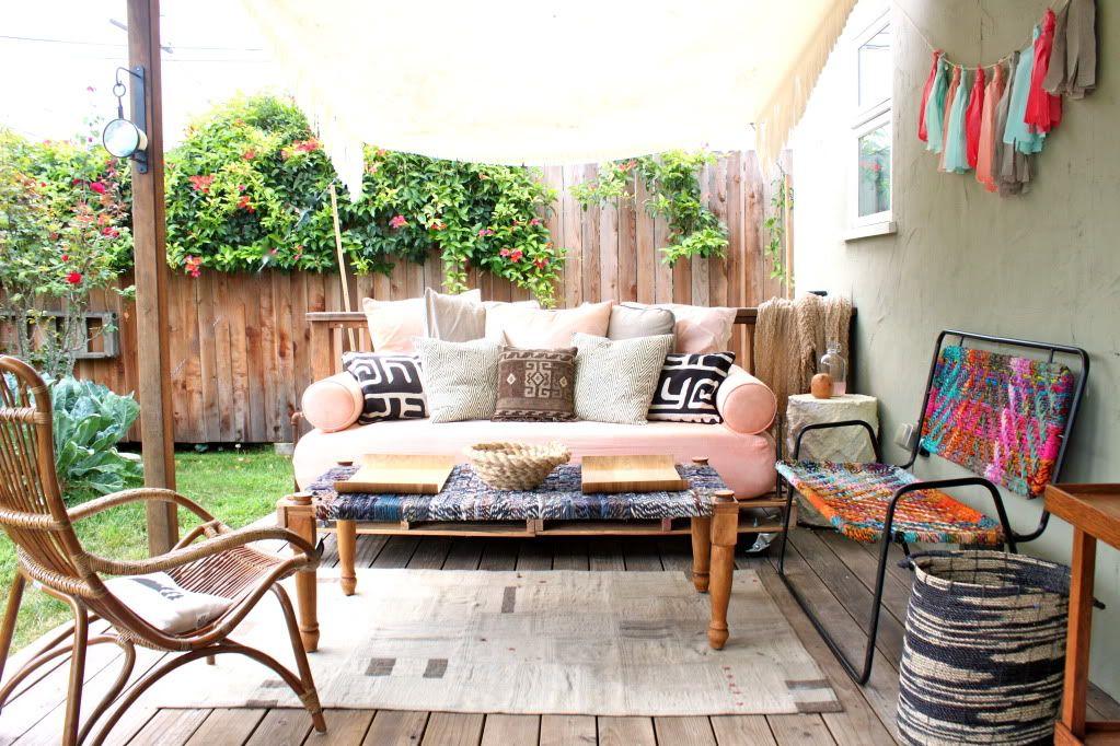 Backyard Decor- Looks so adorable and comfortable!