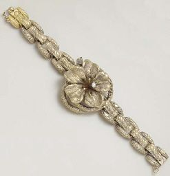 AN ANTIQUE GOLD BRACELET