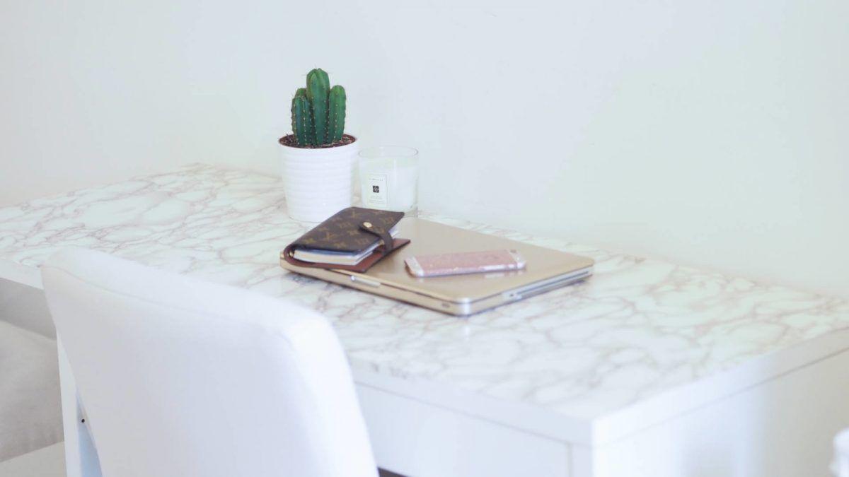 Un bureau ikea très girly en marbre banquettes