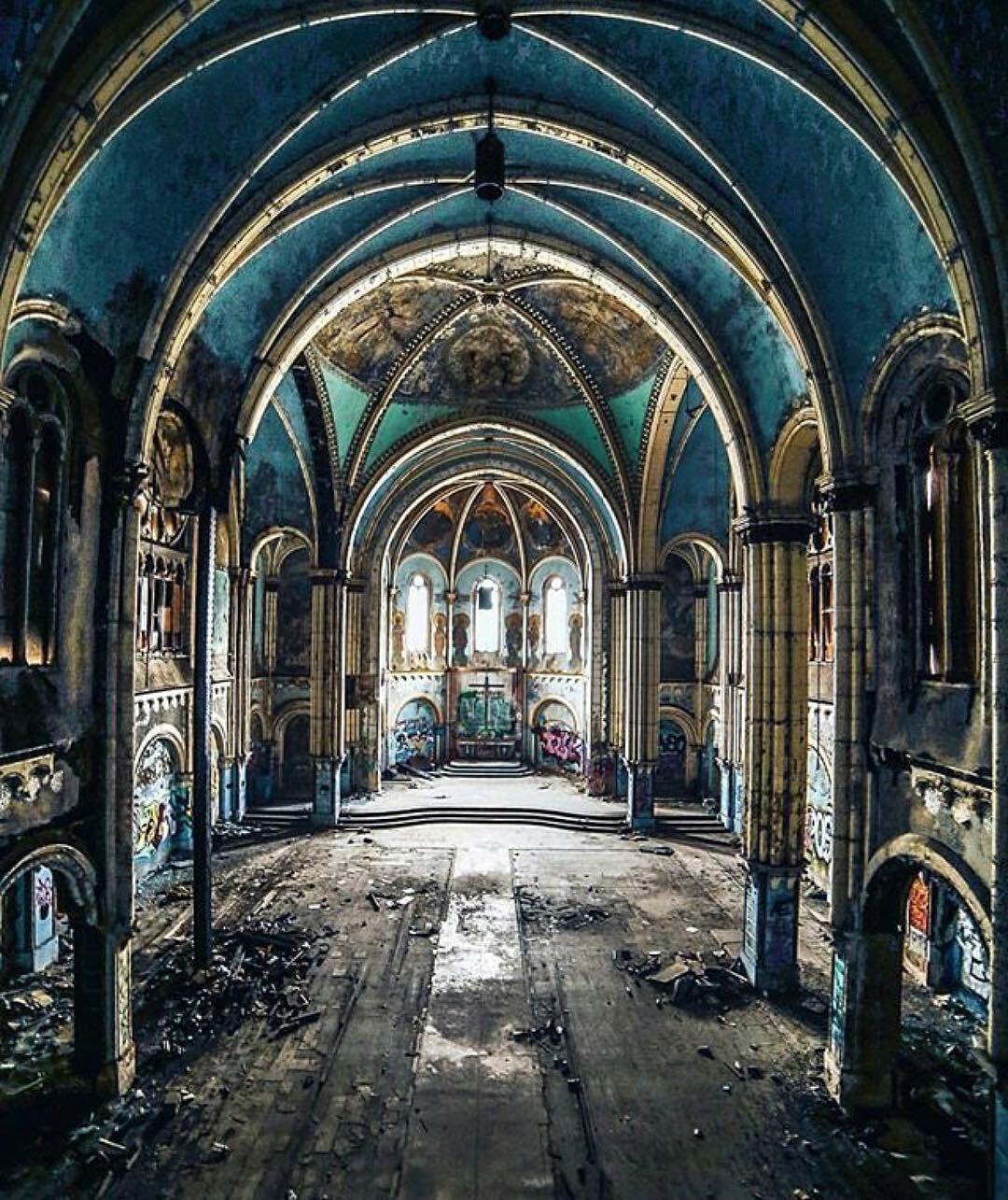 Abandoned Church - Photo By @taelorschermann