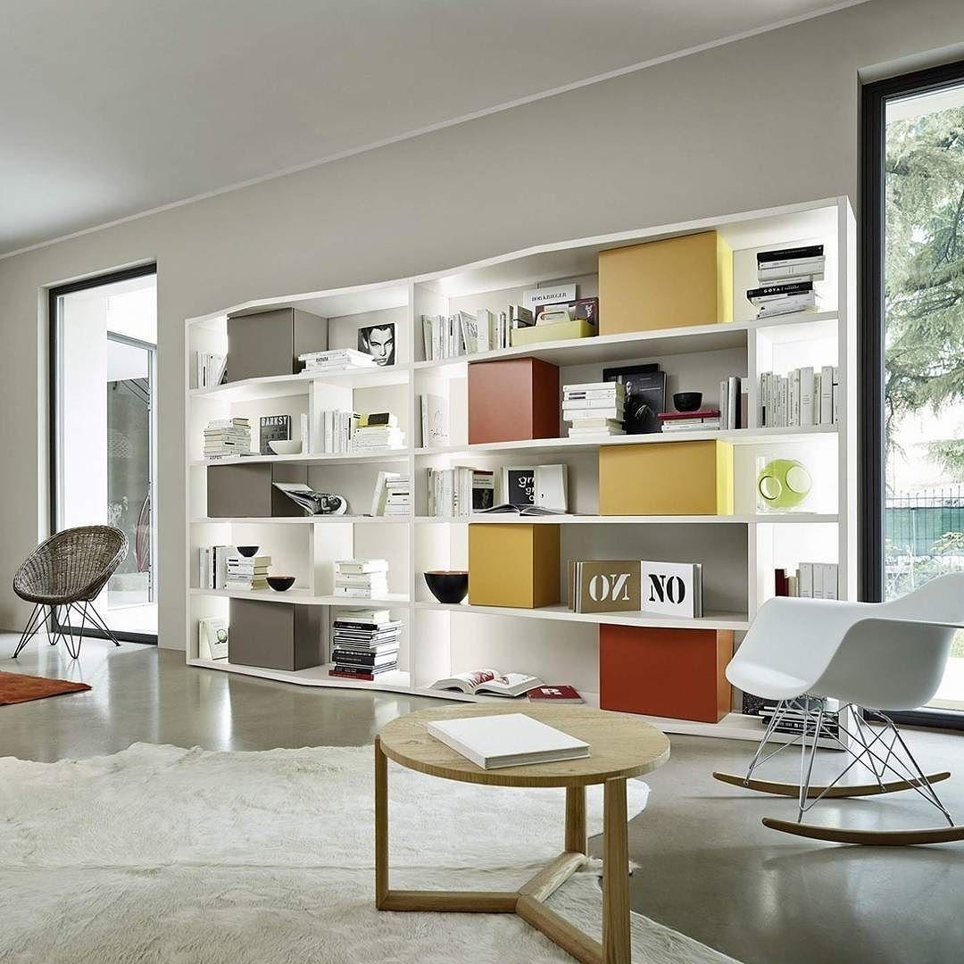 Das Design Bücherregal in weiß mit LED Beleuchtung und farbigen ...