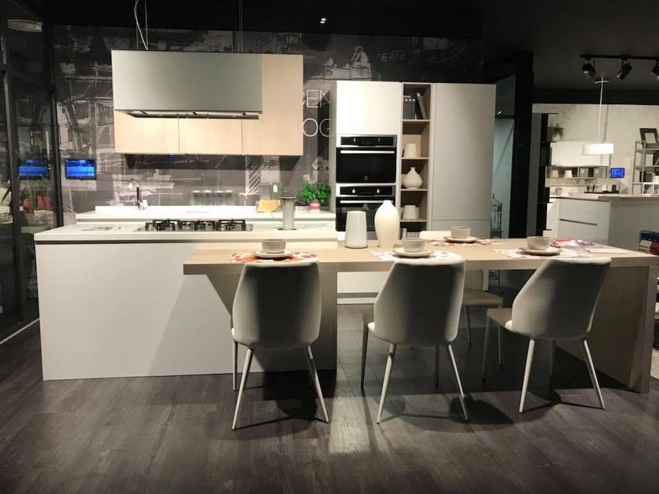 Cucina modello #CLOVER in finitura laccato bianco opaco abbinato ai ...