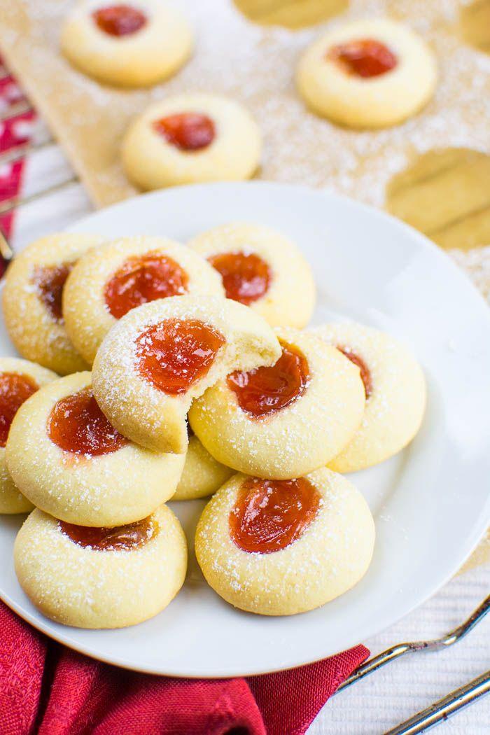Vegane Engelsaugen (Husarenkrapfen) | Kaffee & Cupcakes #vegan #backen #Plätzchen #Weihnachtsplätzchen #Kekse #Husarenkrapfen #Engelsaugen #Kulleraugen #cookies #Weihnachten #Weihnachtsbäckerei #Marmelade #Konfitüre #Mürbeteig #Puderzucker