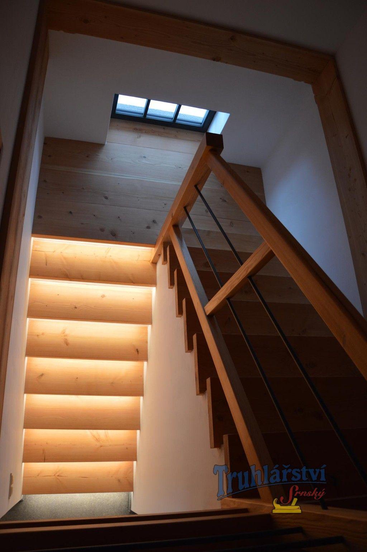 Obklad betonových schodů, včetně zábradlí a galerie, vyrobený ze ...