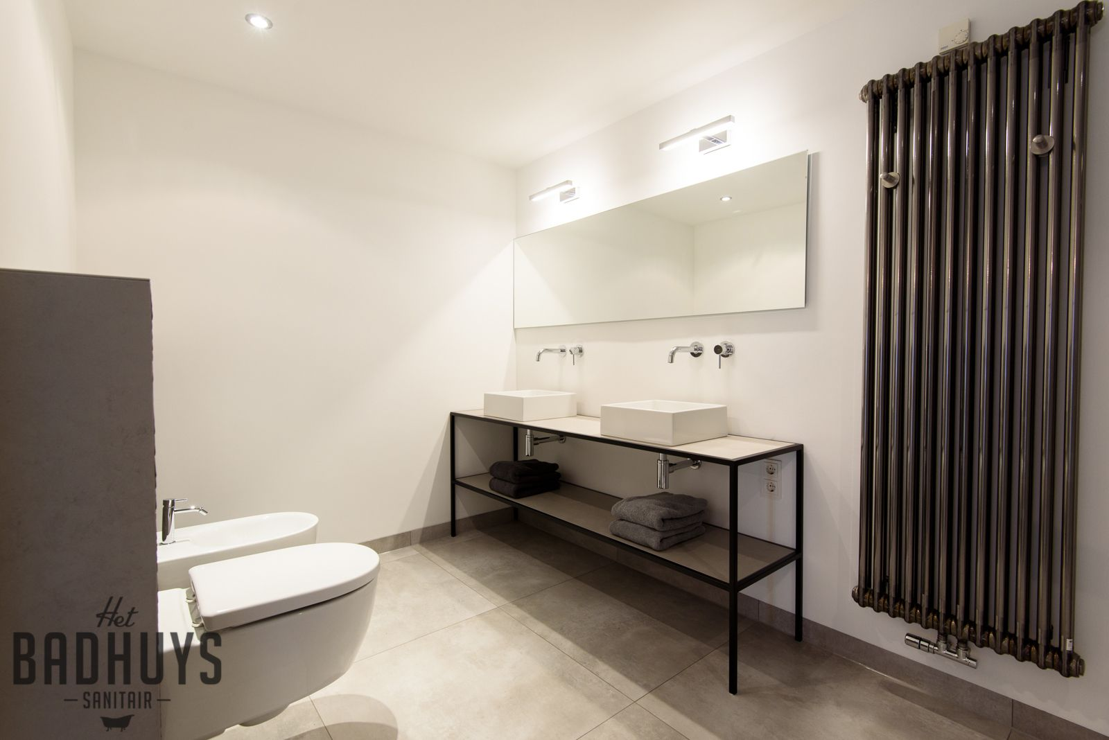 Eigentijdse badkamer met ruime inloopdouche het badhuys