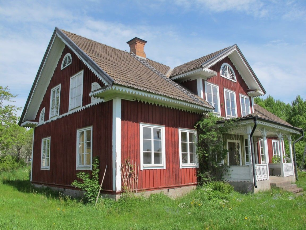Traditional Swedish House With Red Walls And White Windows Hus In 2020 Red Barn House Swedish House White Windows