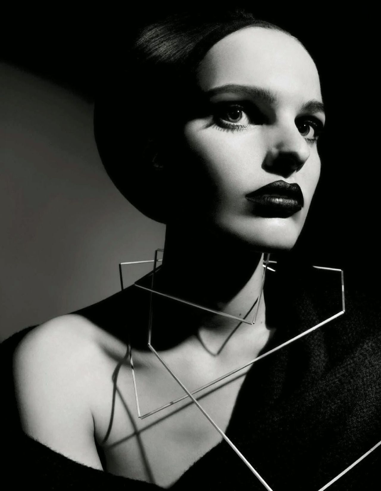 "stormtrooperfashion:  ""Beauty"" by Emma Summerton for Vogue Italia, August 2014  O quanto eu amo joias gráficas?"