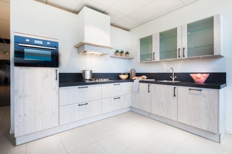 Landelijk Hoek Keuken : Landelijke hoekkeuken van alle gemakken voorzien de bovenkasten