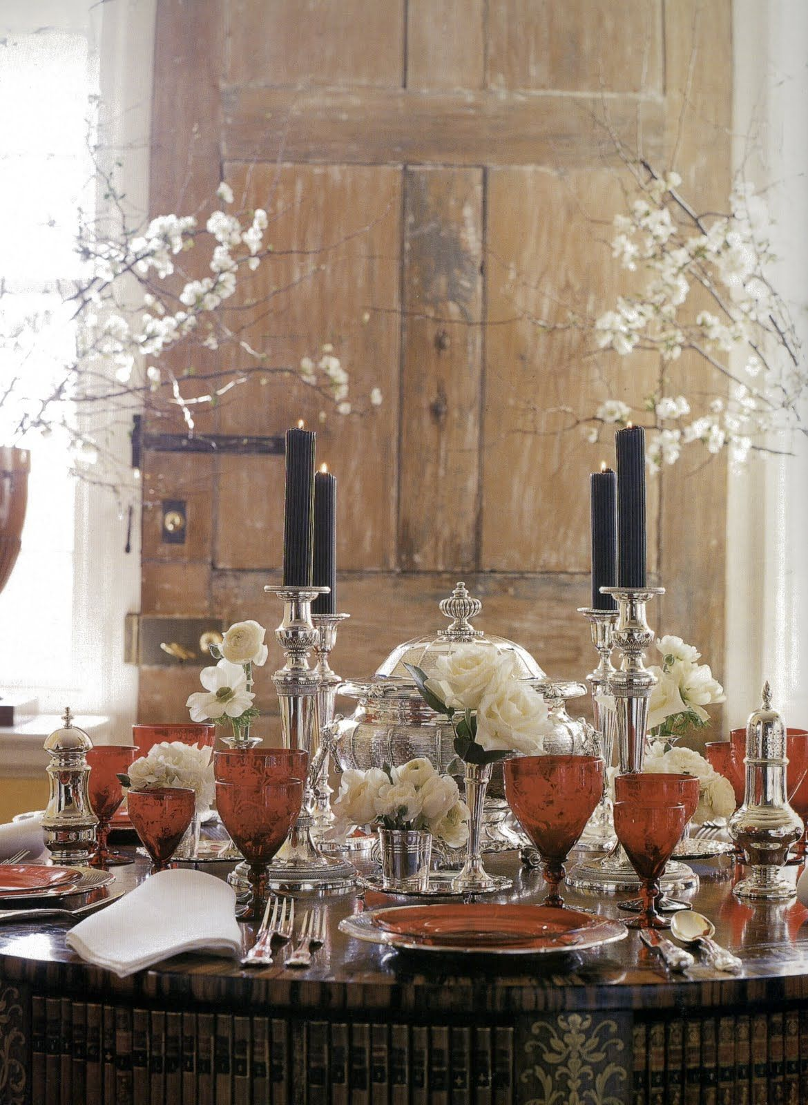 Table decor.  Mesa interessante pelo efeito altura (castiçais e flores).