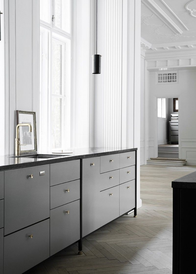 KBH Københavns Møbelsnedkeri once again provides with the kitchen of my dreams. This time in light grey, with brass details and...