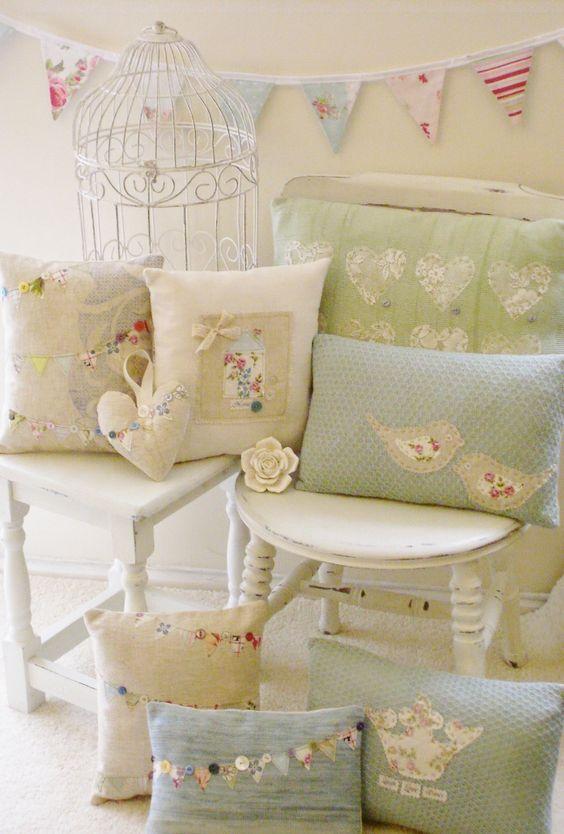 Romantici cuscini con riporti in tessuto provenzale il blog italiano sullo shabby chic e non - La mano sullo specchio ...