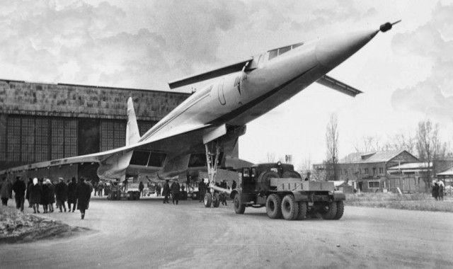 Выкатка сверхзвукового лайнера Ту-144, СССР с помощью ...