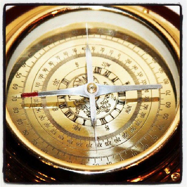 Stylowy morski kompas na drewnianej podstawie, mosiezny żeglarski kompas dawnych kapitanów, marynistyczny prezent, morski upominek, żeglarski wystrój wnętrz, Photo by http://sklep.marynistyka.org