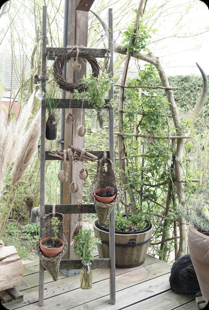 Alte holzleiter zum aufh ngen von blumen und pflanzen for Deko ideen mit pflanzen