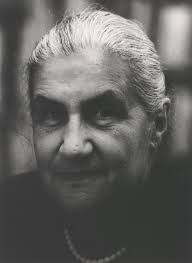Jeanne Hersch (Ginebra, 1910-2000), filósofa, escritora y traductora, estudió en las universidades de Ginebra, Heidelberg, Friburgo de Brisgovia—donde fue discípula de Heidegger—y París. Asistente de Karl Jaspers, publicó su primer libro, L'illusion philosophique, en 1936. En 1966, fue nombrada directora de la División de Filosofía de la UNESCO. Más tarde, en 1970, sería designada representante de Suiza ante el consejo ejecutivo de aquella institución.