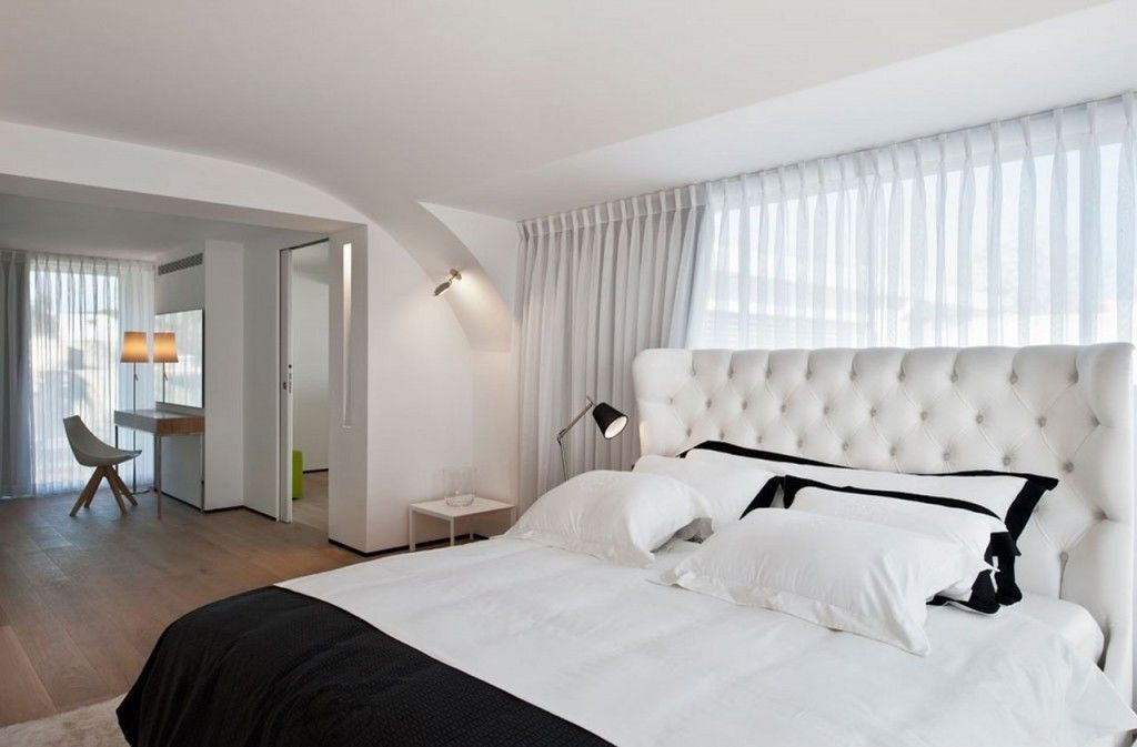 Villa: Tufted Headboard On Luxurious Bed Mixed With Black White Quilt And Pillows Also Laminated Wooden Floro And White Sheer Curtain For Modern Bedroom Design Ideas: Exquisite Modern Villas Design