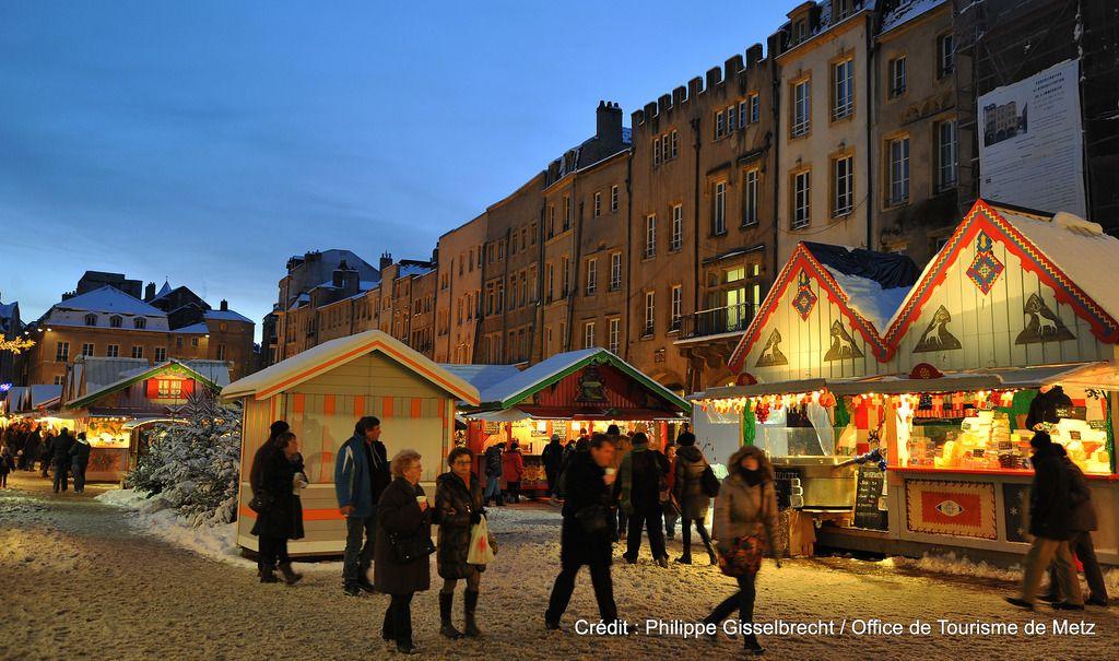 Marché de Noël Place Saint Louis sous la neige | Découvrez le en venant nous rendre visite :-) !
