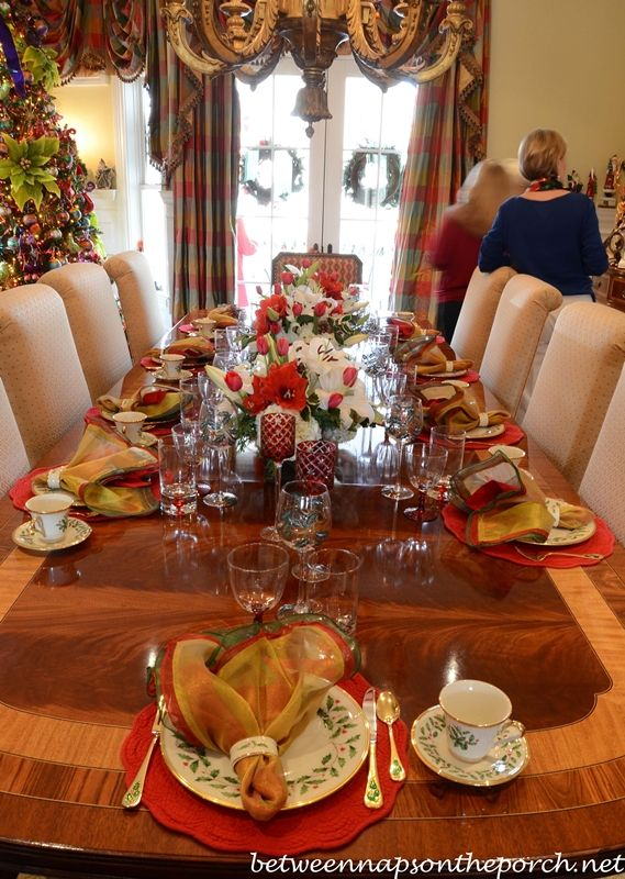 Tour a beautiful victorian home decorated for christmas for Dining room tablescapes ideas