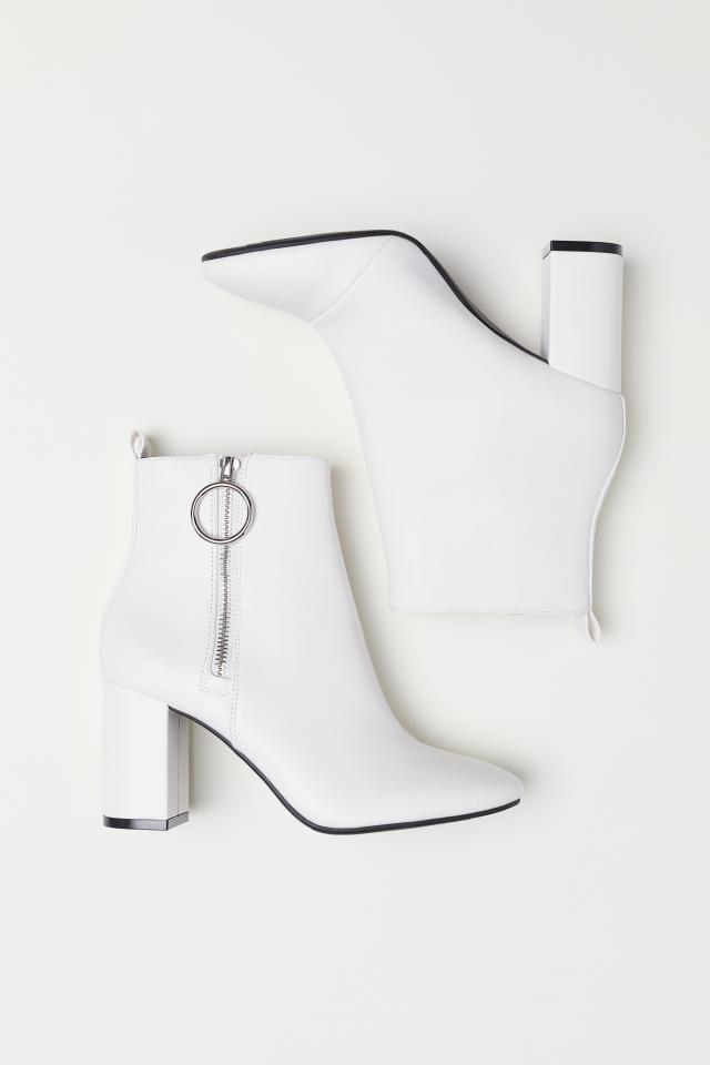 Pin Di Sepatu Wanita