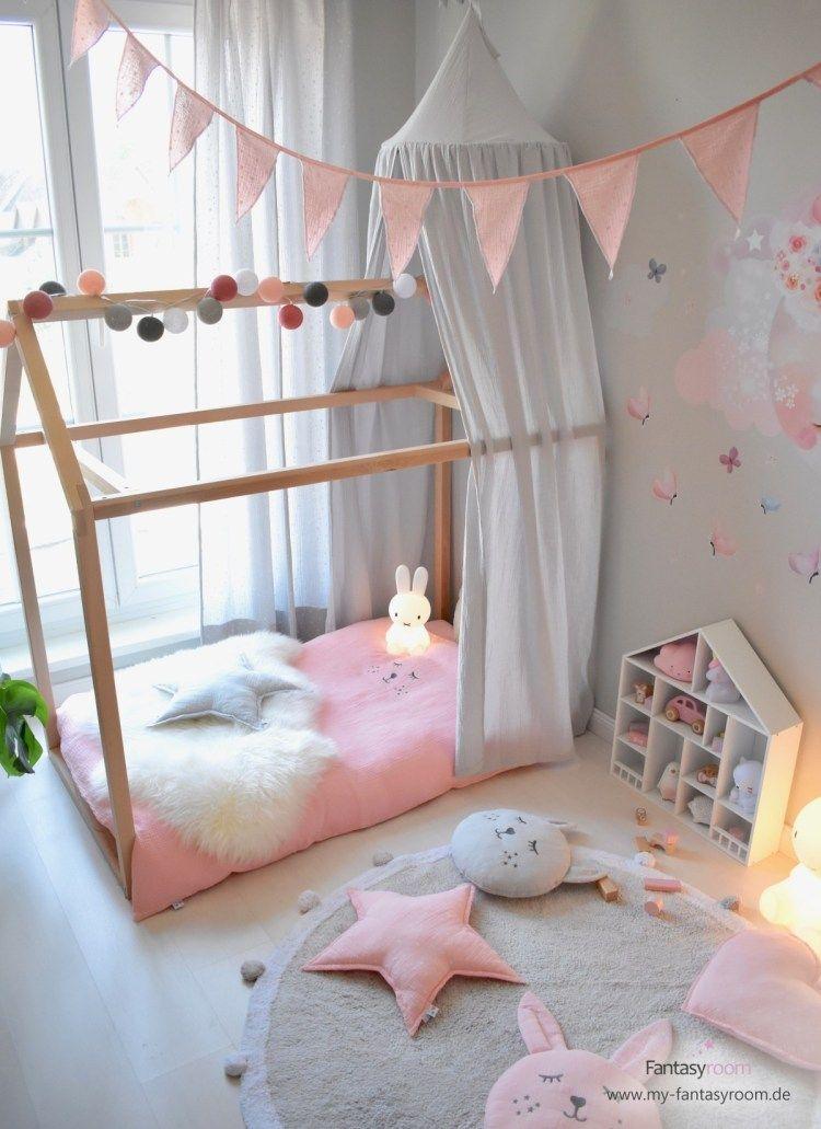 Hausbett mit grauem Himmel im romantischen Kinderzimmer