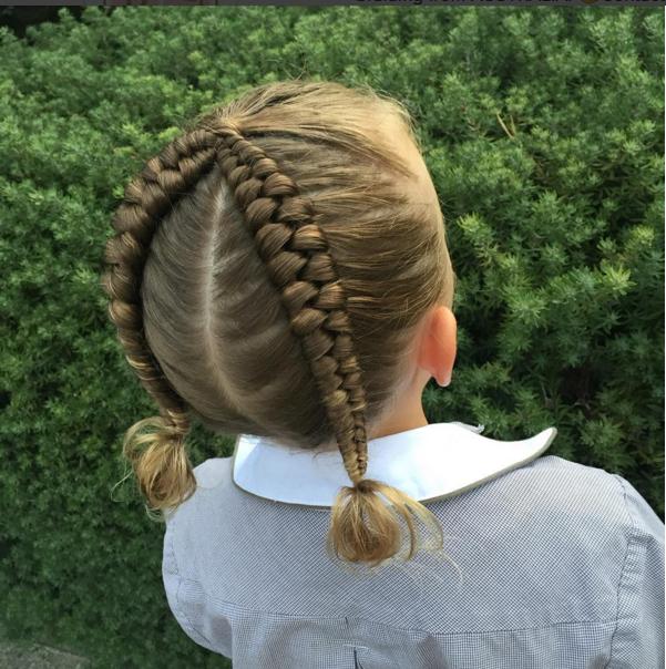 Une mère excelle dans l'art des tresses Cheveux tressés