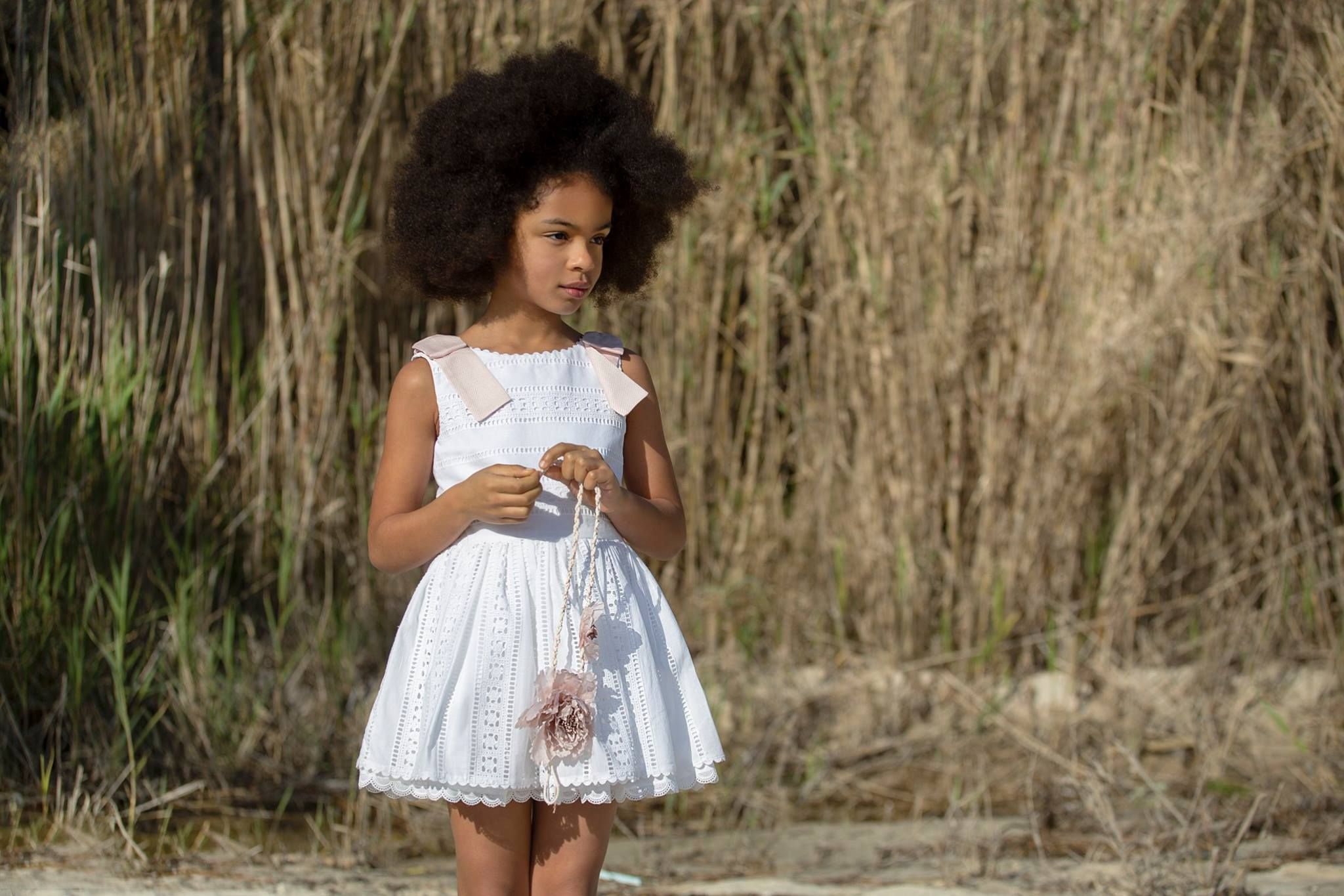 79595c0bf Vestido para niña de la colección Algodón de algodón perforado en color  blanco. Detalle de