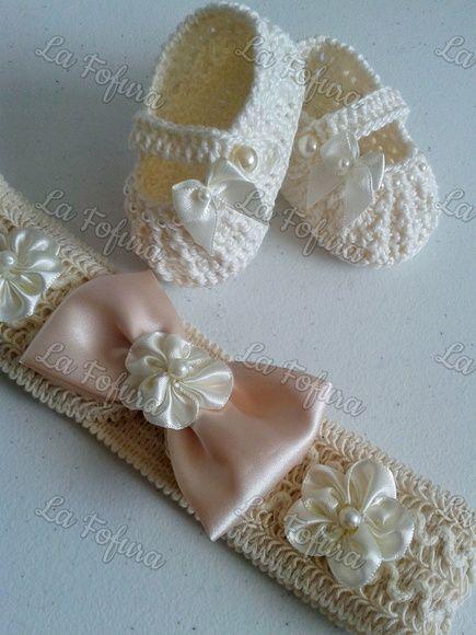 62d76a929 Conjunto Sapatinho e laço cabeça pérola | crochet | Sapatos ...