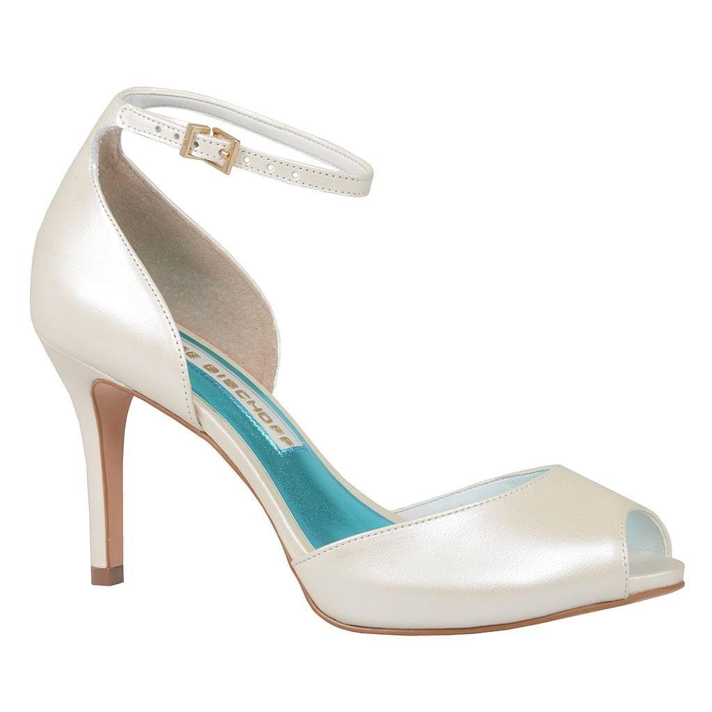 c878d694fb8a1 Coleção Say Yes - Noivas por Jorge Bischoff   A delicadeza desta sandália  finaliza o look romântico.  jorgebischoff  noivas  brides  wedding…